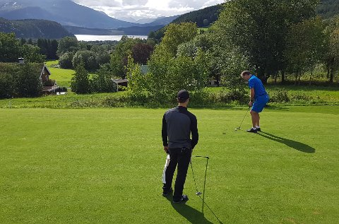 PUTTER: Allan Troelsen sikter seg inn på hullet og putter elegant, slik han gjorde bedre enn alle i helgas klubbmesterskap i Surnadal golfpark på Kvanne.