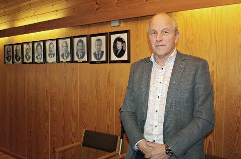 PÅ VEGGEN: – Snart henger jeg her, sa Ola Rognskog etter at siste kommunestyremøte i Halsa var over.