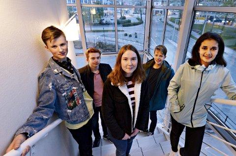 Adrian Aarøe Holten (fra venstre), Elias Gimnes, Natalie Holmen, Håvard Brændeland og Noor Husby håper mange unge tar turen til Folkets Hus 17. mai.
