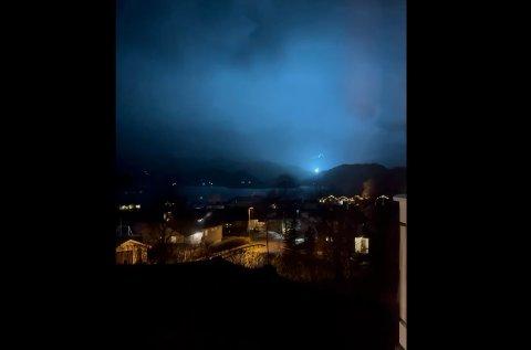 Lysglimt dukket opp sporadisk opp på Aure lørdag kveld.