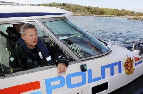 Morten Skarpaas i politiets sjøtjeneste i Vestfold er svært fornøyd med vestfoldingenes bruk av redningsvest på havet.