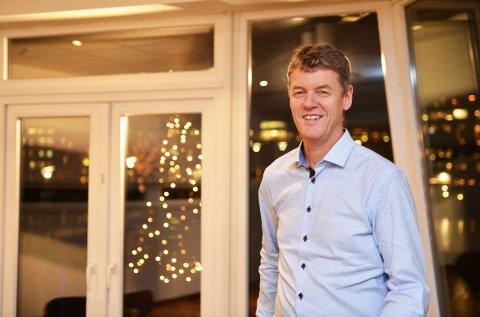 VARMT SAMFUNN: Det nærmer seg jul, og Kirkens Bymisjons daglig leder i Vestfold, Anders Madsen, ønsker at man ikler seg oransje skjerf.