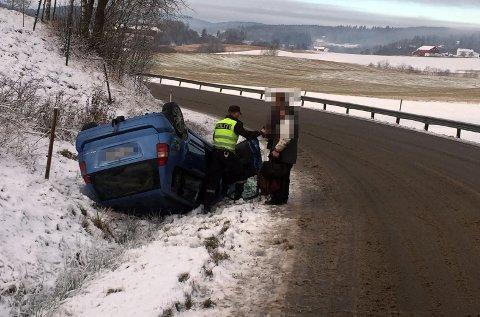 GIKK GODT: Til tross for en bil som fikk juling, gikk det bra med den ene personen inne i bilen. Etter at nødetatene var ferdig på stedet, ble Bilberging Vestfold rekvirert for å hente bilen.