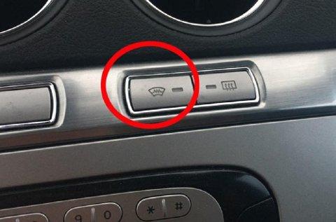 Denne knappen kan spare deg for frosne fingre på kalde vintermorgener. Men dessverre er det ikke så mange bilmerker som kan tilby varmetråder i frontruta. (Foto: broom.no/ANB)