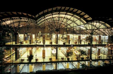 SPEKTAKULÆRT: Bibliotekesbygningen ble tegnet av Oslo-arkitektene Ivar Lunde og Morten Løseth.