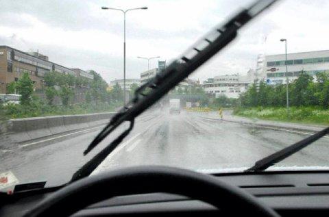 Dårlige vindusviskere og tilsmusset eller slitt frontrute kan være ekstra farlig i den årstiden vi går inn i nå, med lav sol og mye skitt på veiene.