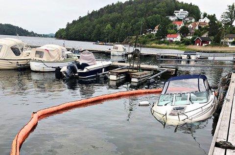 GIKK NED: Denne båten i Munkerekka kunne ikke brannvesenet redde. Nå advarer de båtfolket foran de store nedbørsmengdene som er varslet. – Pass på båten din!