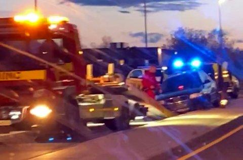HER ENDTE KJØRETUREN: Bilen ble stående på midtrabatten mellom rundkjøringene på Revetal.