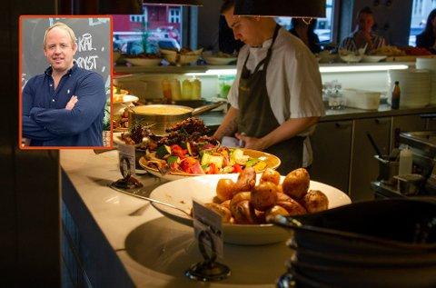 UTELIV: Restaurantene i Tønsberg opplevde en betydelig omsetningssvikt i fjor høst. Nå tror daglig leder hos Paparazzi, Christian Hjelmtvedt, på bedre tider.