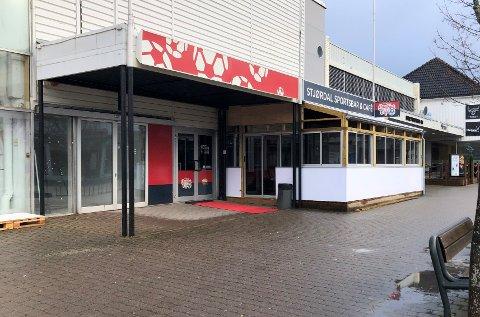 BER ALLE BARGJESTER TESTE SEG: Kommuneoverlege Leif Edvard Muruvik Vonen ber alle som har vært gjest ved Stjørdal Sportsbar & Cafe i romjula om å ta en koronatest etter at det er avdekket at tre av gjestene har vært smittet.