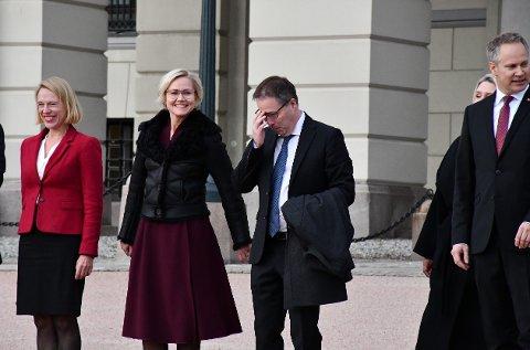 RØRT: Den ferske kommunal- og distriktsministeren Bjørn Arild Gram (Sp) var tydelig beveget da han kom ut på Slottsplassen torsdag. Her sammen med helseminister Ingvild Kjerkol (Ap).