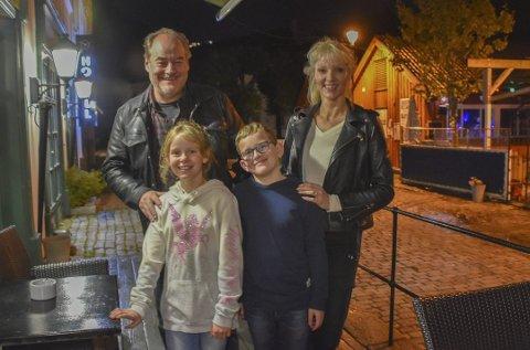 Sentrale aktører i Operasjon Mørkemann under filminnspillingen i Tvedestrand i fjor. Eldar Vågan i rollen som bestefar, mens Emma Kilane og Thomas Farestveit har hovedrollene som barnedetektiver. Grethe Bøe-Waal er både regissør og manusforfatter. Arkivfoto
