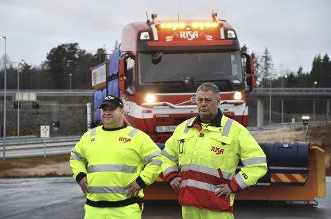 Kjell Tore Andersen og Roger Tangen fra Risa as er klar til å brøyte og salte for Nye Veier på E18 mellom Arendal og Tvedestrand.