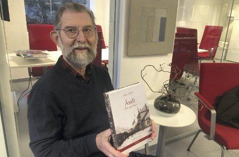 Nest siste bind: Egil Fiane med det åttende bindet av «Åmli - ætt og heim» som nå er kommet rykende ferskt fra trykkeriet.