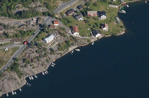 Kommunen har mottatt et anonymt tips, der de oppfordres til å sjekke byggetiltak på huset lengst til venstre på bilde.