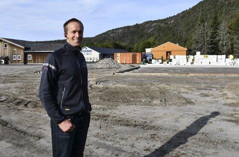 Bygger næringsbygg: Ola Henrik Olstad ser frem til at han og kollegene i Byggmester Olstad AS kan flytte inn i nybygget som nå oppføres i Engenes Næringsområde. Foto: Marianne Drivdal