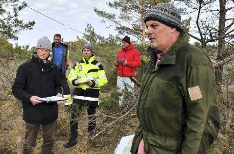 April 2019: Her er politikerne på befaring på Flauberg på Vestre Sandøya. T.v. Knut Aall (XL) og t.h. planlegger Erling I. Aas fra Stærk & Co.