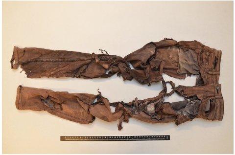 Politiet kan ikke med sikkerhet fastslå at denne buksa har sammenheng med funnet av den døde kvinnen på Nautholmen i Lyngør, men den ble funnet i samme område.
