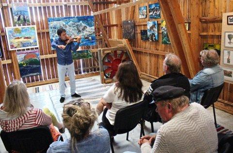 Vakre toner: Fiolinist Vladimir Stoyanov hadde fortjent et større publikum da han spite i Galleri Jøtun lørdag, men de oppmøtte så i alle fall ut til å sette stor pris på minikonserten.