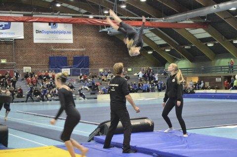Høgt i hallen: Nils Fystro og Anne Stee sikrer når Sunniva Fjeld er i svevet på trampetten. Her er det rekruttene som er i gang med sin konkurranse.