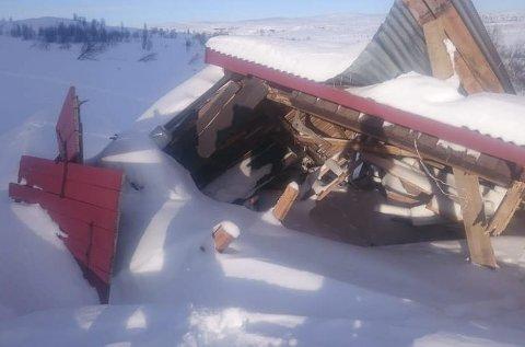 Kom frå Nøsakampen: Snøraset tok både fjøset (biletet) og det nyaste stølssælet. Sælet vart godt som begravd i snømassane, medan fjøset var bortimot knust og flytta 20 meter nedover på stølsjordet.