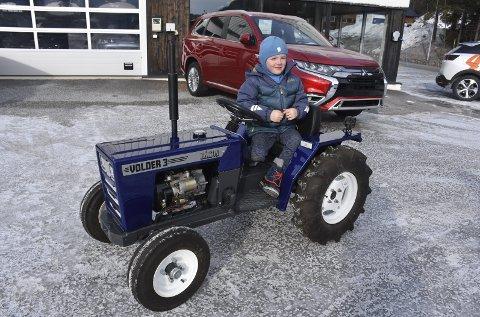 Stor stas: Håkon Voldhaug på snart fem syns det var stort å bli traktoreier, og det tok ikke lang stunda før han hadde funnet ut av det meste.