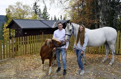 TILBAKEFLYTTERE: Martin Anderson (25) og Siri Berg Stensrud (25) flyttet tilbake til Hedalen etter endt utdanning, og det var jobb å få.