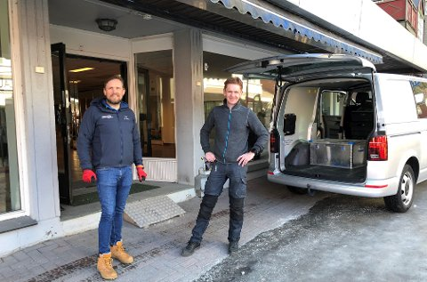 PÅ FLYTTEFOT: Audun Sveine t. v. og Håvard Halvorsen er på flyttefot om dagen. De har tidligere delt kontor i andre etasje i nordeabygget, men nå kommer de ned på gateplan. Med etablering av eiendomsselskapet Fagernes AS satser de på både butikkdrift og kontorlokale der Skørn hadde sykkelbutikken sin.