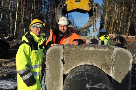GRØNNINVESTERING:Kommunalsjef Kristin Hurthi gleder seg over å se at anleggsleder Jo-Are Langsholt i Grimsrud er godt i gang med første del av Nittedal kommunes nye hovedledning for avløpsvann.