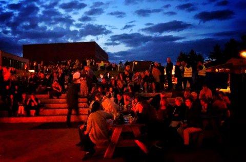 FULLSATTARENA:Fra amfiet på Bjertnes i det augustmørket hadde senket seg lørdag kveld.