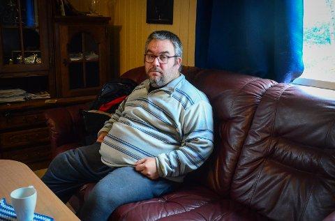 MÅ SPARE: Knut Merox Iversen fra Nordby har stengt av to rom i leiligheten og vurderer å skru av fryseskapet for å ha råd til strømregningene i vinter.