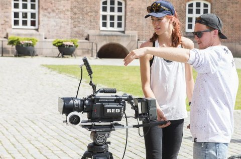 Team: Fotograf Annicken Aasheim og regissør Mikkel Gulliksen. Gulliksen står også bak videoene til hitlåtene «Bongo Drum» og «Elak Elak».