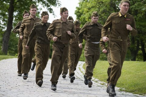 Tidsriktige uniformer: Rundt 60 statister var med i innspillingen av musikkvideoen.