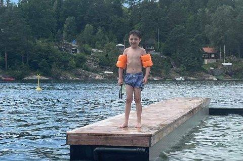 HELT: Noah (7) ble strandens helt da den fire år gamle gutten havnet uti vannet med en manglende armring.