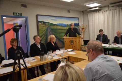 PÅ TALERSTOLEN: Jon Ola Kroken (SV) har vært rådmann i Os, Tynset og nå sist på Røros, før han gikk inn i pensjonistenes rekker i sommer. Torsdag var han på talerstolen som vararepresentant i det nye kommunestyret i Os. SV fikk inn to medlemmer, og Kroken er andre vara og møtte i Roar Aksdals fravær. - Gratulerer til Os med kvinnelig ordfører, og flertall av kvinner i formannskapet, sa Kroken, og snakket videre om kommunestyrets rolle og politikeransvar. Fra venstre: Birgit Wikan Berg, Bernt Olav Langbekkhei, påtroppende ordfører Runa Finborud, på talerstolen Jon Ola Kroken, videre rådmann Arne Svendsen og avtroppende ordfører Arnfinn Nergård.