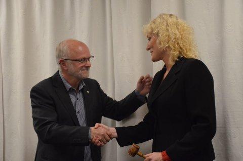Arnfinn Nergård overrakte ordførerklubba til Runa Finborud på det konstituerende kommunestyremøtet i Os torsdag kveld.