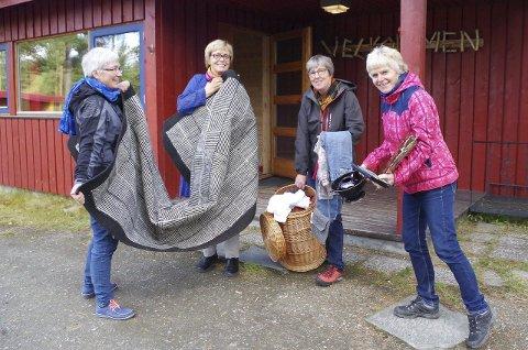 LOPPER PÅ GANG: Guri Ågnes (f.v.), Bergljot Aune, Helene Rusten og May Solveig Barmoen bærer lopper inn i grendehuset. Foto: Tonje Hovensjø Løkken