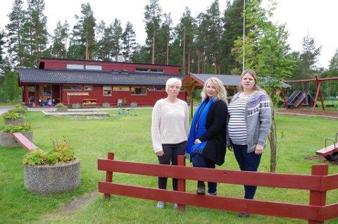 PÅ TELNESET: Karianne Holøyen (fra venstre), Kristin Halvorsrud og Marianne Dahlstrøen utafor Øyan barnehage. De er spent på hvordan barnehageutbygginga med ny seksavdelingsbarnehage i kommunale Tronstua påvirker de private barnehagene.