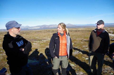 PÅ FJELLET: Erling Aas-Eng, leder i Hedmark Bondelag (fra venstre), Nina Jensen, leder i WWF Norge, og bonde Stein Ola Undset.