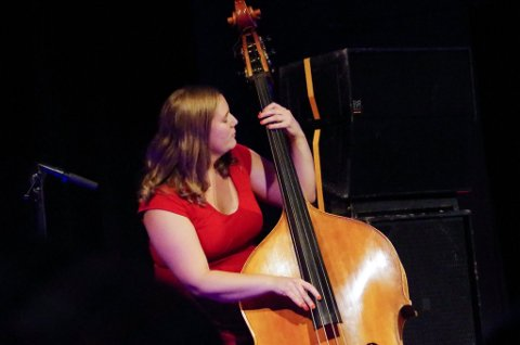 MANGE JERN I ILDEN: Bassist Ellen Brekken spiller i flere band, og i august kommer hun hjem til Tynset med Magnolia jazzband under Tynset Jazzfestival. Hun skal også bidra under festivalens workshop lørdag formiddag.