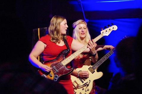 PÅ TYNSET: Hedvig Mollestad (t.h.) og Ellen Brekken i bass- og gitarakrobatikk hos jazzklubben.