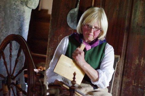 Helga Reidun Bergebakken Nesset kardet og spant og fortalte om arbeidsstunda i skumringen.