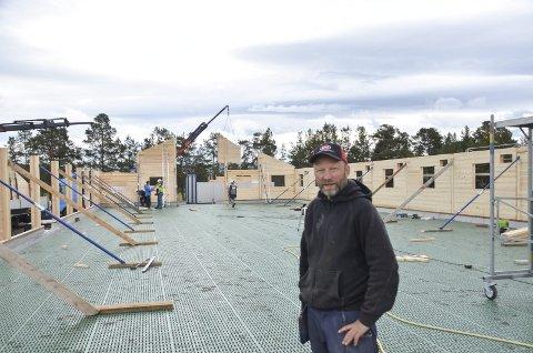 Investererte i elementfjøs: Håkon Furuhovde ser veggelementene i det nye fjøset reise seg på gården i Dalholen for noen år siden.                                                                                FOTO: Eirik Røe