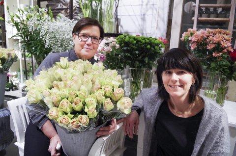 FEIRER TI ÅR: Elin Maana (t.v.) og Mette Skovro har drevet blomsterbutikk på Steia i Alvdal i ti år. Foto: Tonje Hovensjø Løkken