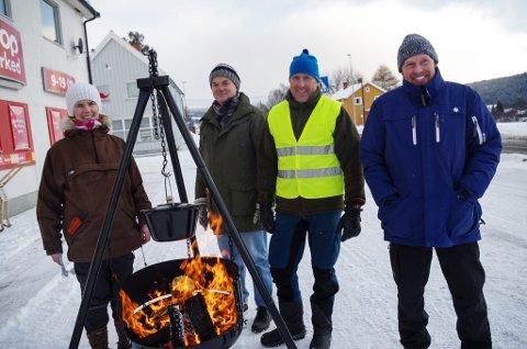 FYRTE OPP: Kvikne Bondelag hadde tent opp i panna utenfor bygdas samvirkelag. Fra venstre: Marianne Rønning, Thor Hansen, Kjell Olav Nymoen og Henning Brevad, alle i bondelagsstyret.