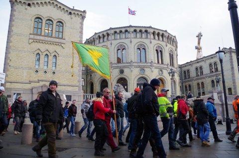MARSJERTE MOT ULVEVEDTAK: 2.000 mennesker reiste til Oslo for å demonstrere mot at regjeringen stanser fellingen av fire ulveflokker, og reduserer lisenskvoten fra 47 til 15 dyr.  Aksjonistene krevde at miljøminister Vidar Helgesen må gå av. Etter møterundene onsdag er det klart at Helgesen ikke snur i saken, men ministeren åpner for å ta flere hensyn, og felle mer ulv i framtida.