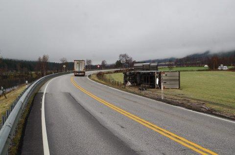 PÅ JORDET: En semitrailer som kom nordfra endte på et jorde ved riksveg 3 torsdag kveld.
