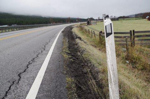 PÅ KANTEN: Sporene etter vogntoget går utenfor asfaltkanten og ender i grøftepløying og velt.
