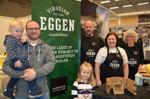 Kan få Innlandets Matpris 2019: Eggen gardsysteri. Fra venstre Marius Eggen med sønnen Mats, Henriette, Lotte Iversen, Ola Eggen og Liv Bjørnstad.