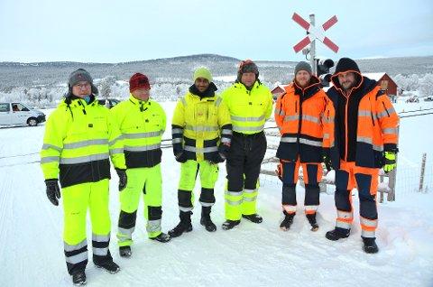 Nytt signalanlegg: Bane NOR, leverandøren Scheidt Bachmann og entreprenøren Railcap var på plass da signalanlegget ved planovergangen på Aakerøien ble testet mandag. F.v. prosjektleder i Bane NOR, Åge Sjømark og byggeleder Thomas Haugen.
